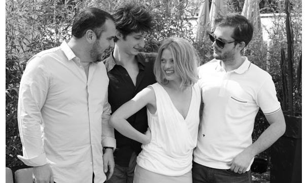 Comme des frères, François Xavier Demaison, Pierre Niney et Nicolas Duvauchelle réunis autour de Mélanie Thierry